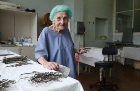 Este cel mai în vârstă chirurg din lume. Are 89 de ani