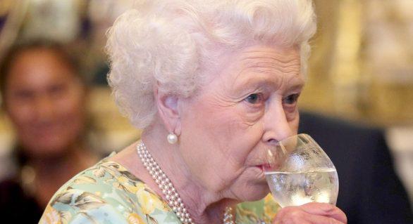 Elisabeta a II-a bea până la 4 cocktail-uri în fiecare zi