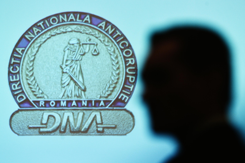"""16 șefi de la """"Doi ș' un sfert"""", luați de DNA!"""