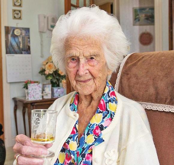 A ajuns la 111 ani cu un pahar de whisky în fiecare seară
